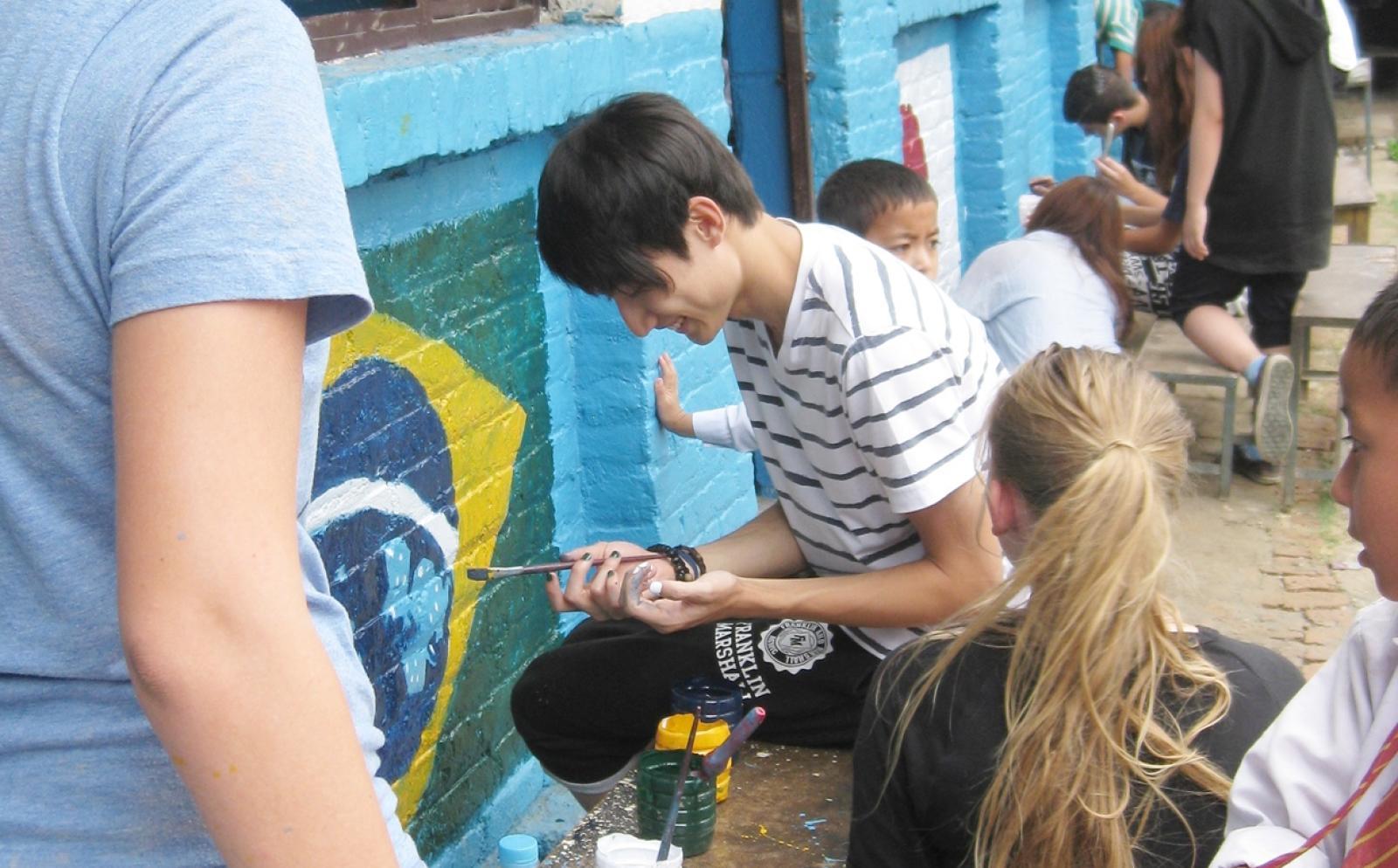 ネパールの学校の塗装作業に励む日本人高校生ボランティア